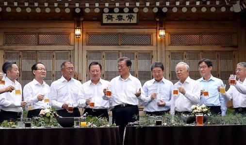 文大統領(中央)の周囲は、なぜか同じ服装をしている=7月27日(ロイター)