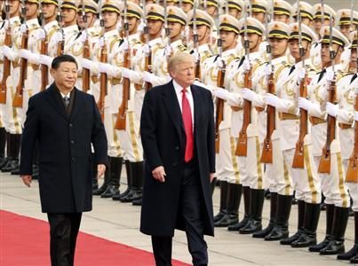 人民大会堂で開かれた歓迎式典に臨んだトランプ大統領(右)と習主席=9日、北京(AP)