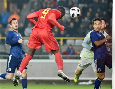 ルカク(中央)に頭で決勝点を許した日本代表。吉田