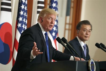 7日、ソウルで会見するトランプ米大統領(左)と文在寅・韓国大統領(AP)