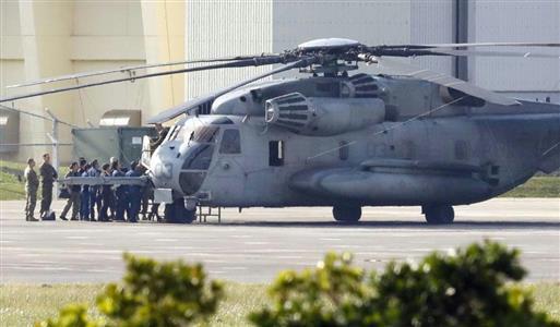 事故機を調べる沖縄県警の捜査員と米軍関係者