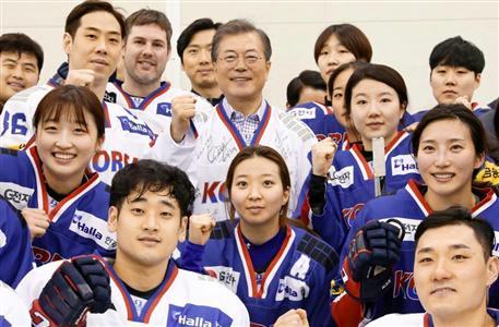韓国の文大統領(中央上)は男女アイスホッケーの代表選手と写真に納まったが…(聯合=共同)