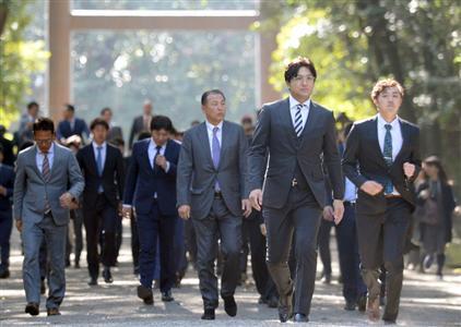 昨年は高橋監督(右から2人目)ら首脳陣が、1軍選手と宮崎神宮を参拝した
