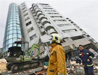 地震で大きく傾いたビル「雲門翠堤大楼」=7日、台湾・花蓮市(共同)