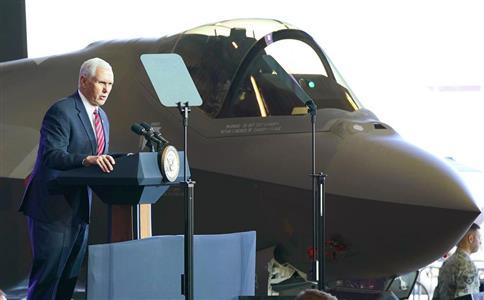 横田基地を訪れて米兵らを激励したペンス米副大統領。朝鮮半島有事への備えは進んでいる=8日(AP)