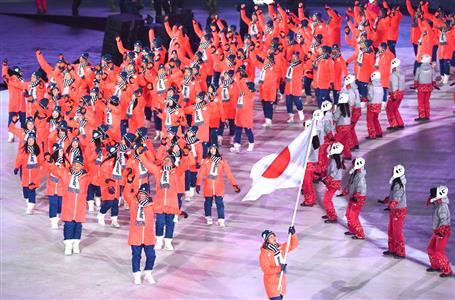 旗手の葛西紀明を先頭に入場する日本選手団(納冨康撮影)