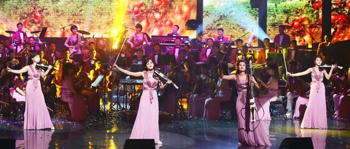 8日、韓国・江陵で公演を行った北朝鮮の「三池淵管弦楽団」(共同)