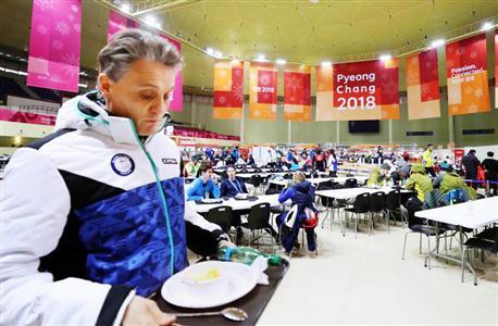 平昌五輪選手村の食堂。果たして選手の口に入る食事は安全なのか(共同)