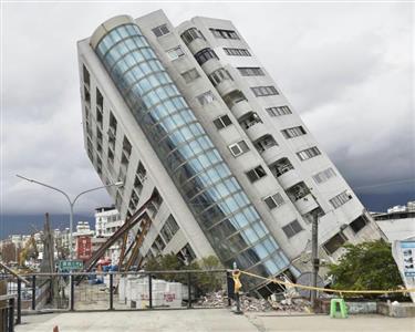 台湾の地震で傾いたビル(共同)