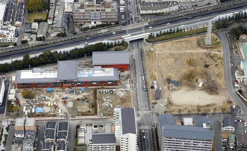 森友学園の小学校予定地(左)と、道路を挟んで隣接する「野田中央公園」(右)
