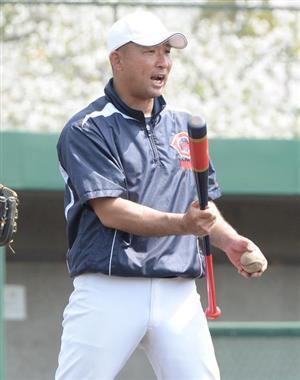中谷コーチはノッカー、打撃投手など何役もこなしている