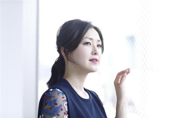 空を見る苗木優子