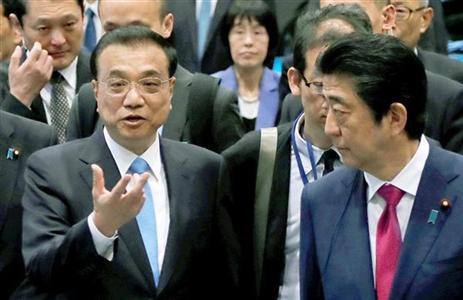 安倍首相と談笑する李克強首相(左)。異例とも言える北海道訪問の裏に中国の野心が透けて見える (ロイター)