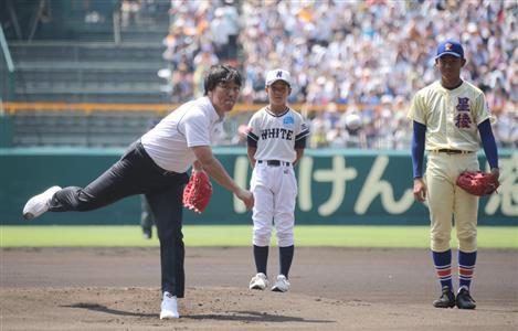 """甲子園の始球式に""""降臨""""した松井氏(左)。次はユニホームを見たくなるのが人情だ"""