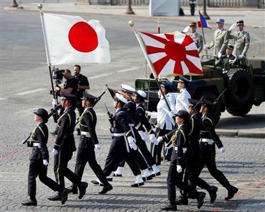 パリのシャンゼリゼ通りを行進する陸上自衛隊員ら=7月14日(ロイター)