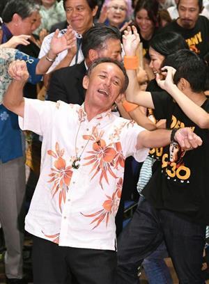 当選後、カチャーシーを踊る玉城氏=9月30日、那覇市内