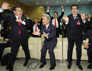 大阪開催が決まり歓喜する松井知事(右、恵守乾撮影)ら