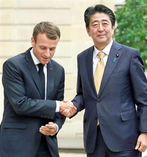 日産問題でマクロン大統領(左)は安倍首相に土下座外交するのか(ロイター)