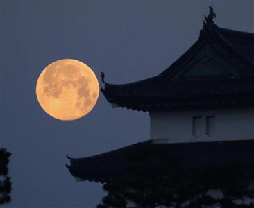 皇居・富士見櫓とスーパームーン=2月20日午前6時19分、東京都千代田区(早坂洋祐撮影)
