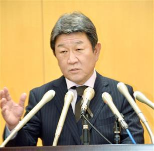 記者会見する茂木経済再生担当相=7日午後、内閣府(共同)