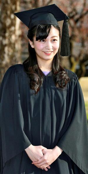 卒業式を前に写真撮影に応じられる佳子さま=22日、東京都三鷹市(代表撮影)