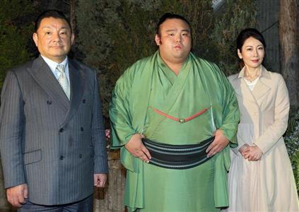 美しすぎる大関の母、佐藤純子さん(右)と記念撮影する貴景勝。左は父の一哉さん