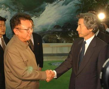 小泉氏(右)は電撃訪朝し、北朝鮮の金正日総書記と会談した =2002年9月