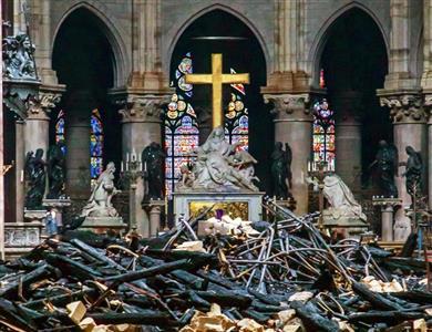 ノートルダム大聖堂の焼け跡には残骸が広がった(AP)
