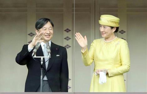 一般参賀に臨まれる天皇、皇后両陛下=4日午前、皇居