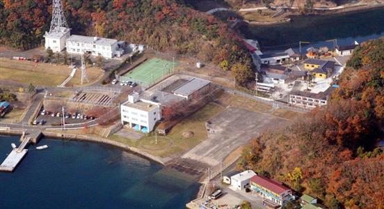 長崎県・対馬の海上自衛隊基地(左)と、隣接して営業する韓国資本のホテル(右上)