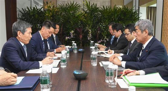 非公式会談する岩屋防衛相(右端)と、韓国の鄭国防相=1日、シンガポール(防衛省提供)