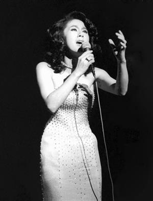 1974年、リサイタルで歌う、ちあきなおみ=東京都中野区の中野サンプラザ
