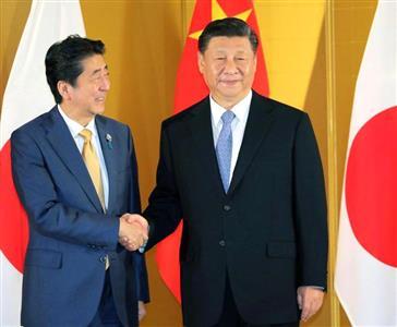 安倍首相(左)と、習氏は「(日中関係が)正常な軌道に戻った」と再確認した=27日、大阪市内のホテル(共同)