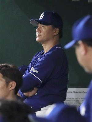 何かと悩みが深い与田監督。あえて「お前が打たなきゃ誰が打つ」と描かれたタオルを掲げるファンもいた