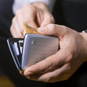 洗練されたメタリックデザインの財布