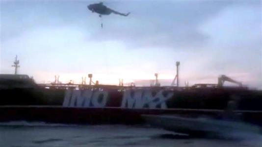 ホルムズ海峡でヘリコプターからロープを使って英タンカーに降りるイラン革命防衛隊とみられる映像 =19日(ロイター)