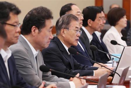 閣議で日本を痛烈に批判した韓国の文在寅大統領(中央)=29日、ソウル(AP)