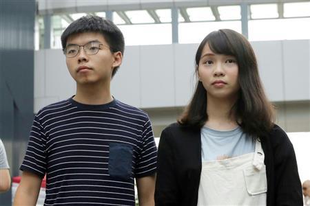 拘束された黄氏(左)と周氏(AP)