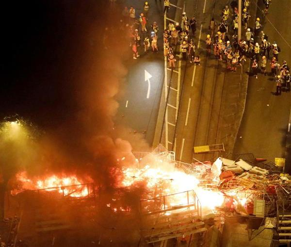 zakzakPRサブナビゲーション写真詳細【写真1/1】火炎瓶で炎上したバリケード。当局側の工作との情報も…|香港警察にデモ隊「なりすまし」…|zakzak:夕刊フジ公式サイトPRZAKスペシャルPR政治・社会ランキングPRPRPRPR