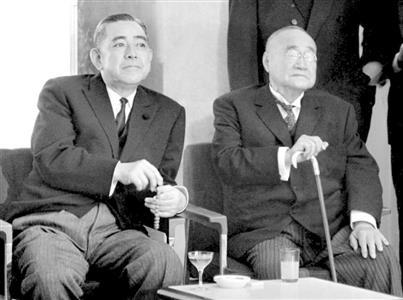 吉田茂氏(右)と、佐藤栄作氏