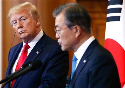 文正仁氏の発言を受け、トランプ大統領(左)は、文大統領(右)に激怒するのか(AP)
