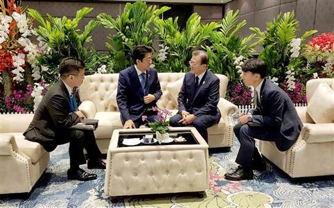 韓国側が無断撮影した日韓首脳対話の様子 (韓国大統領府提供・聯合=ロイター)