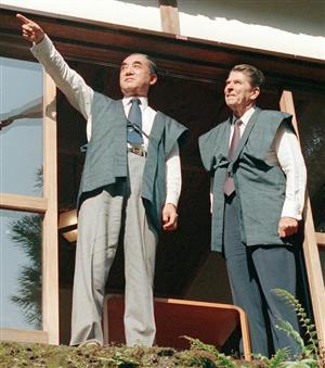 中曽根氏(左)はレーガン氏と「ロン・ヤス」関係を築いた=1983年、東京・日の出山荘