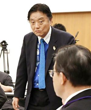 河村市長と大村知事(手前)の運営会議でのゴングが鳴った=26日、名古屋市(共同)