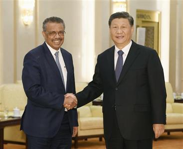 握手する中国の習近平国家主席(右)とWHOのテドロス事務局長=28日、北京の人民大会堂(共同)