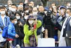 釜石駅前でも展示された聖火に人が集まった