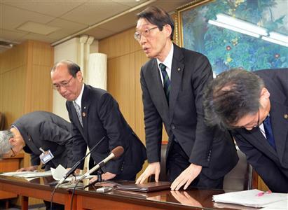 京産大での感染を発表した門川大作京都市長(左から2人目)と大城光正京産大学長(右)=29日午後