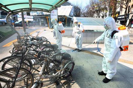 今も各地で消毒作業などが続く韓国。なのに何をやっているんだか…(聯合=AP)