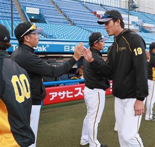 矢野監督(左)とハイタッチする藤浪。いったいパーティーには何人参加したのか