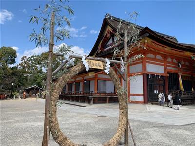 京都・八坂神社の境内に登場した「茅の輪」。祇園祭以外の設置は143年ぶり